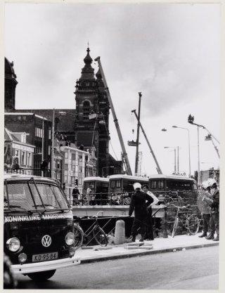Prins Hendrikkade 78-80, gekraakte flats tijdens ontruiming door de mobiele eenheid