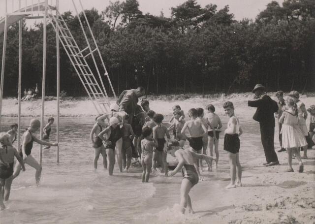 Plaatsing speeltoestellen bij het kinderzwembad (De Bergen).