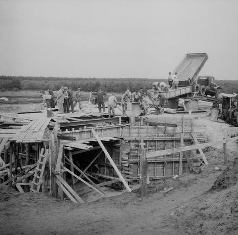 Asfaltweg tussen Heesch en Nistelrode, Heesch 1955 (foto: Fotopersbureau Het Zuiden, collectie BHIC 1641-000001)