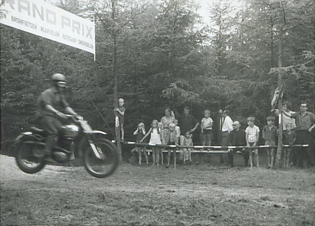Grave, een motorrijder passeert een spandoek 'Grand Prix' (foto: Fotostudio Jean Smeets, 1907-007313)