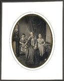 Visualizza Portrait de femme entourée de deux petites fi… anteprime su
