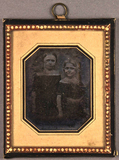 Miniaturansicht Vorschau von Zwei stehende junge Mädchen.