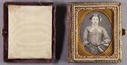 Prévisualisation de Halbporträt einer Frau mit einer langen Kette… imagettes
