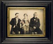 Miniaturansicht Vorschau von Portrait of two unknown men and a girl