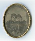 Visualizza En face Porträt zweier Kinder. Die Jungen tra… anteprime su