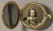 Thumbnail preview van Junges Mädchen mit Locken in schulterfreiem g…
