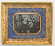 Visualizza Porträt einer Familie mit sechs Personen, bes… anteprime su