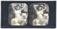 Miniaturansicht Vorschau von Eine junge nackte Frau sitzt auf einem Sessel…