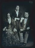 Thumbnail preview of Porträt einer dreiköpfigen Familie (Eltern mi…