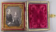 Visualizza Halbporträt einer sitzenden Frau mit ihrer To… anteprime su