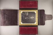 Thumbnail preview van Knieporträt einer Frau mit einem Buch in der …