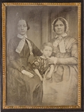 Thumbnail preview of Zwei unbekannte Frauen mit Kind