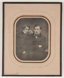 Visualizza Die Aufnahme zeigt zwei junge Männer im Aussc… anteprime su