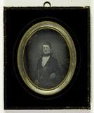 Visualizza Portrett av sittende mann med stokk i høyre h… anteprime su