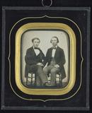 Visualizza Zwei junge Männer auf Stühlen sitzend, Ganzfi… anteprime su