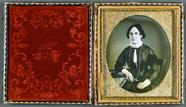 Visualizza Junge Frau mit langer Kette, USA, ca. 1850. anteprime su