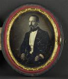 Visualizza Portrait de L.D. Crespelle, à mi-genoux, assi… anteprime su