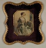 Prévisualisation de Damenbildnis, Dreiviertelfigur, in kariertem … imagettes
