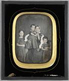 Visualizza Junge Frau sitzend mit drei Kindern. Ein Kind… anteprime su