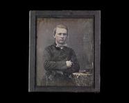 Visualizza Portrett av en ung mann som lener seg på et b… anteprime su