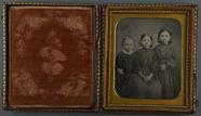 Miniaturansicht Vorschau von Bildnis von drei sitzenden Kindern, zwei Mädc…