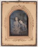 Miniaturansicht Vorschau von Die Aufnahme zeigt frontal zwei junge Mädchen…