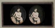 Thumbnail af Dreiviertelakt einer jungen Frau, an ein Tisc…