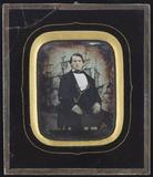 Visualizza Junger Mann auf einem Stuhl vor der Kulisse e… anteprime su