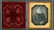 Visualizza Frau mit Haube, USA, ca. 1847. anteprime su