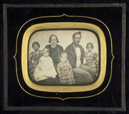 Thumbnail preview of Porträt einer Familie mit ihren vier Kindern.