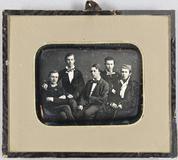 Visualizza Gruppenbild mit fünf jungen Männern, sitzend. anteprime su