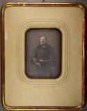 Visualizza Knieporträt eines Offiziers mit Degen und Hut anteprime su