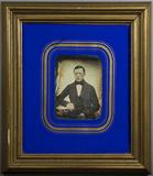 Thumbnail preview of Portrait eines jungen Mannes am Tisch sitzend…
