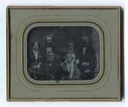 Visualizza Porträt einer sechsköpfigen Familie in festli… anteprime su