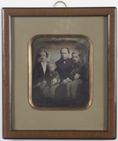 Visualizza Group portrait of the family of grocer Paul N… anteprime su