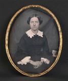 Esikatselunkuvan Portrait de femme, à mi-genoux, assise, de tr… näyttö