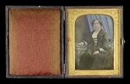 Visualizza Portrait d'une femme assise. Elle porte des b… anteprime su
