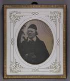 Visualizza Halbporträt eines Mannes mit Haube und Buch i… anteprime su