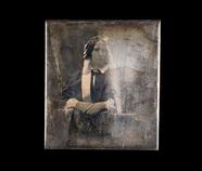 Visualizza Portrett av en kvinne med kyse og papiljotter… anteprime su