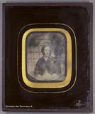 Stručný náhled Halbporträt einer sitzenden Frau mit schwarze…