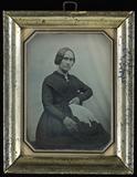 Visualizza Junge Frau, schwarz gekleidet mit einem weiße… anteprime su