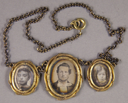 Forhåndsvisning av Brustportät eines Mannes (Mitte) und zwei kle…