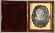 Visualizza Ältere Frau mit weißer Haube und einem weißen… anteprime su