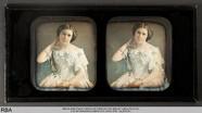 Miniaturansicht Vorschau von Sitzende junge Frau mit Spitzenkleid