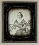 Miniaturansicht Vorschau von Frau in gestreiftem Kleid, sitzend- mit Lands…