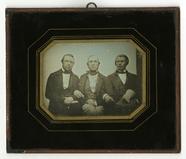 Thumbnail preview van Portrett av 3 sittende menn, arm i arm. Portr…