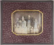 Prévisualisation de Porträt einer Familie, Ehepaar mit zwei Söhne… imagettes