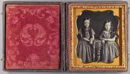 Thumbnail preview van Dreiviertelporträt von zwei Schwestern an ein…