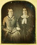 Thumbnail preview of Porträt zweier Frauen Arm in Arm sitzend. Bei…