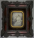 Visualizza Porträt einer (Groß-)Mutter mit ihrem anlehnu… anteprime su